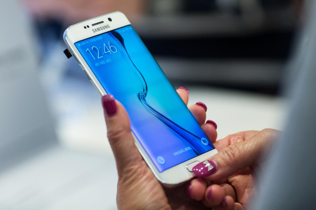 An attendee tries out a Samsung Electronics Co. Galaxy S6 Edge smartphone during a launch event at a Samsung Partnershop in Hong Kong, China, on Friday, April 10, 2015. Samsung expects the Galaxy S6 smartphones to set a sales record for the company's high-end devices as it tries to win back customers flocking to Apple Inc.'s iPhones. Photographer: Jerome Favre/Bloomberg via Getty Images