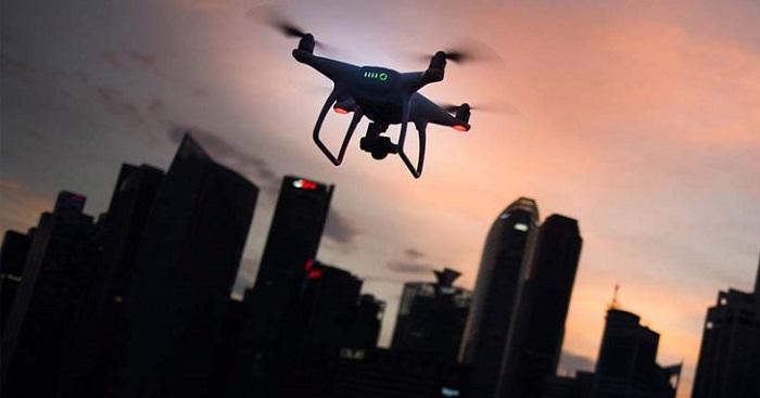 Drone volando en ciudad